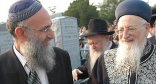 הרב זערפני עם הרב אליהו (צילום: ארכיון) - גילויי אליהו: המזכיר המיתולוגי מדבר