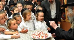"""ילדי האסירים קיבלו סוכריה מהגראי""""ל"""