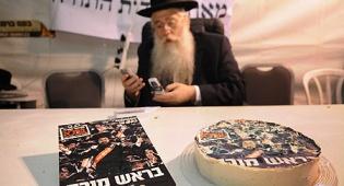 פרוש במאהל המחאה, לצד עוגה ומוסף (צ´: כיכר השבת)
