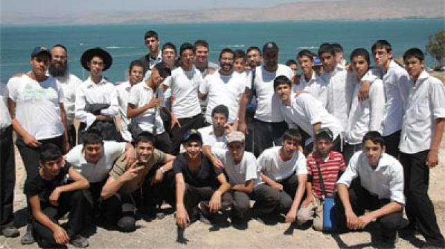 חלק מהבחורים בטיול. צילום: דוברות עיריית אלעד
