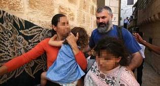 חילוץ מכפר ערבי. צילום: פלאש 90 - יהודיה עם ערבי? תשאירו אותה בכפר