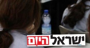 אילוסטרציה. למטה: לוגו ישראל היום (: פלאש 90)