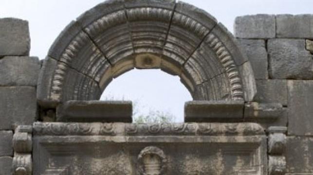 """הקשת מעל הכניסה לביהכנ""""ס העתיק בברעם"""