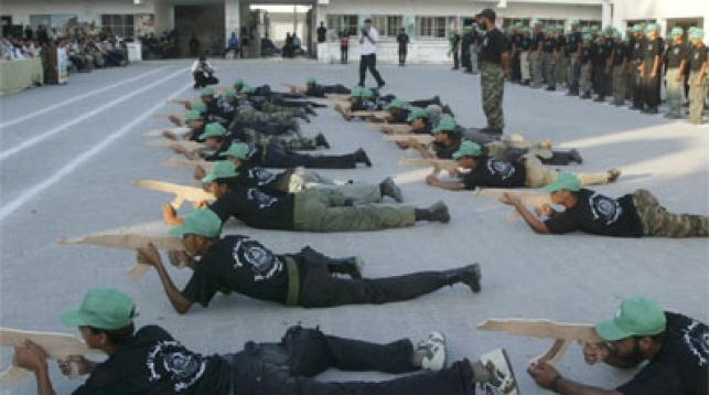 חניכי קייטנת חמאס בתרגול. צילום: פלאש 90