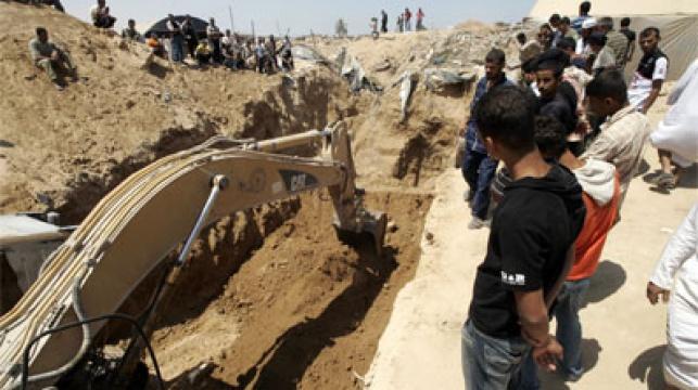 חמאס מפנים את ההריסות. צילום: פלאש 90