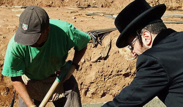 ליפא מניח אבן (צילום: ברוך עזאגווי)