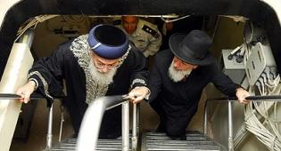הרב מצגר והרב עמאר בטיסה. צילום: פלאש 90