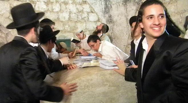 תיעוד לילי: תפילה בקבר יוסף המשופץ