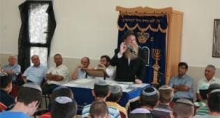 הרב איסר קלונסקי נושא דברים בחנוכת המבנה המרכזי