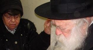 """הרבנית לצד הגר""""ח (צילום: כיכר השבת)"""