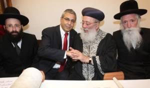 הרבנים בכתיבת האותיות (צילום: סיוון פרג')
