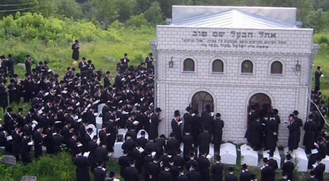 """עולים לקבר הבעש""""ט (צילום: אהלי צדיקים)"""