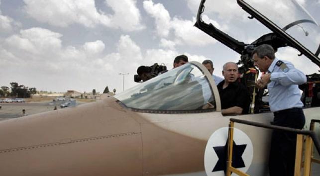 נעלם. ראש-הממשלה במטוס (צילום: פלאש 90)