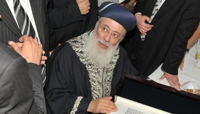 הרב עמאר כותב אותיות אחרונות (צילום: כיכר השבת)