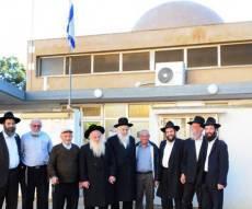 בחזית בית-הכנסת (צילומים: ברלה שיינר)