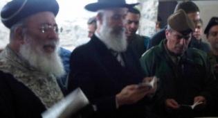 """הרמטכ""""ל והרבנים הראשיים מתפללים בקבר יוסף - רמטכ""""ל מאמין: התפלל בקבר יוסף"""