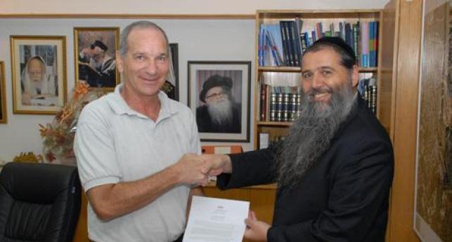 רגע חתימת ההסכם (צילום: כיכר השבת)