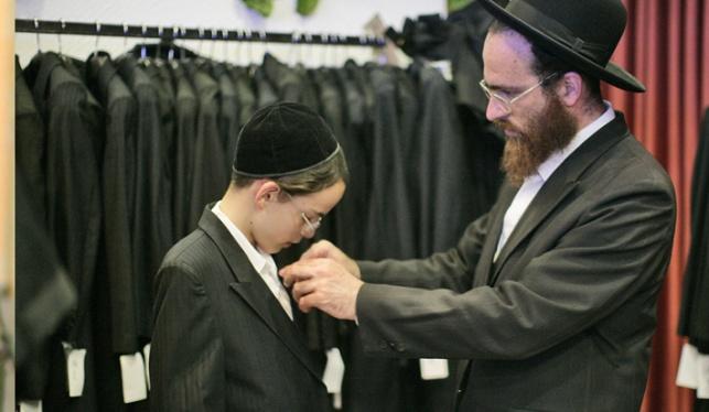 אב ובנו בקניות (צילום: פלאש 90)