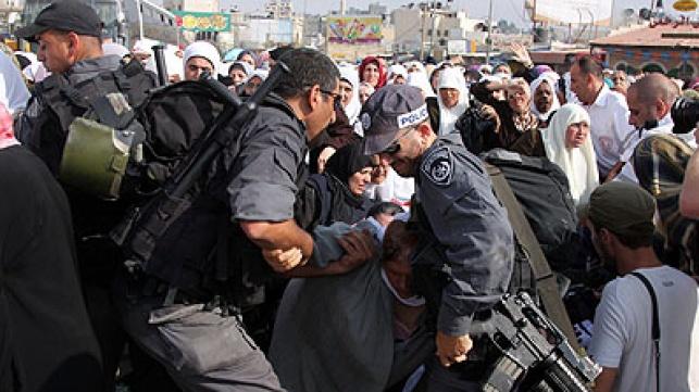 פלסטינים מתעמתים עם שוטרים. צילום: פלאש 90