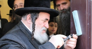 רבי ישראל בקביעת המזוזה