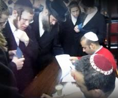 פושטים על ישיבה (צילום: כיכר השבת)