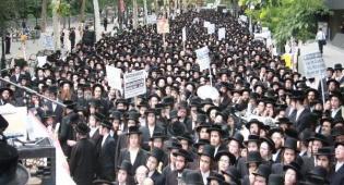 האלפים בהפגנה, בשבוע שעבר - כשנתניהו נאם, אלפי חרדים הפגינו