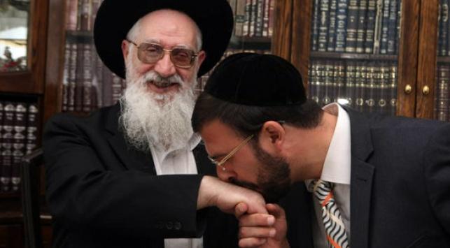 """ללום מנשק את ידו של הגר""""י יוסף (צילום: כיכר השבת"""