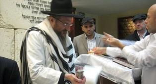 """הרב לאזאר מבדיל בסוף הצום - אלפים בתפילות יוהכ""""פ במוסקבה"""
