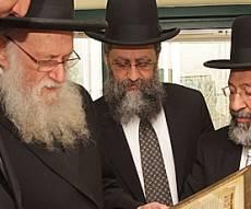 הרבנים במהלך הפגישה - לראשונה: וועדת רבנים למאבק בתאונות