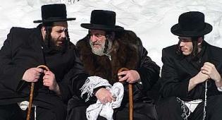 """מימין: החתן עם סבו הרה""""צ ישראל הגר (ישראל כהן)"""