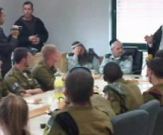 הרב עמאר עם החיילים (צילום: כיכר השבת)