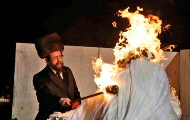 """האדמו""""ר מבאיאן מדליק במירון (צילום: פלאש 90)"""