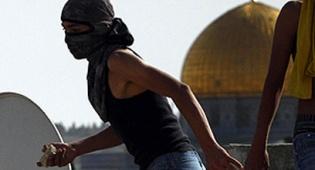 דרמה בכותל המערבי: ערבים יידו אבנים, המתפללים נמלטו