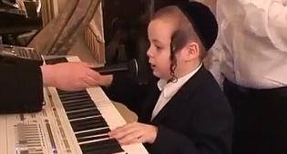 משגע את הרשת: חרדי בן 7 מנגן ושר