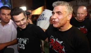 לפיד בהפגנה - לפיד: אבוא להפגין יחד עם חרדים בבני ברק