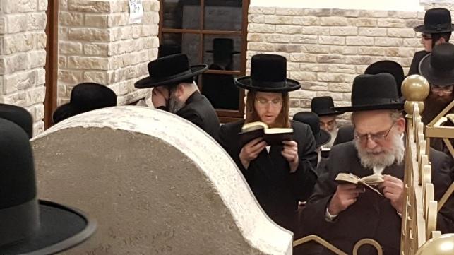 הרב (משמאל) בתפילה