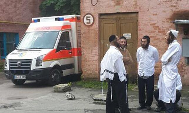 עסקני ברסלב ליד בית החולים