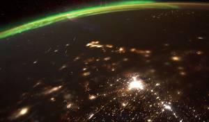 מדהים: מטאורים נשרפים מול הזוהר הצפוני