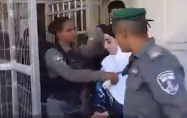 הפלסטינית הצעירה בעת מעצרה
