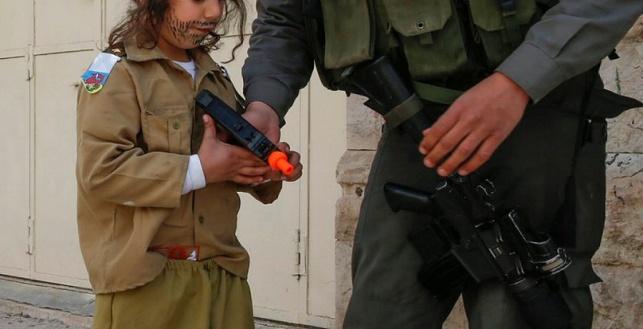 ילד חרדי מחופש לחייל. אילוסטרציה