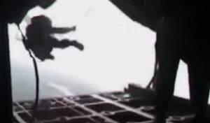 """החייל האמריקני """"נחטף"""" - צפו והגיבו: חייזר חטף חייל ממטוס?"""