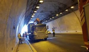 בתוך המנהרה בכביש 1: משאית עלתה באש