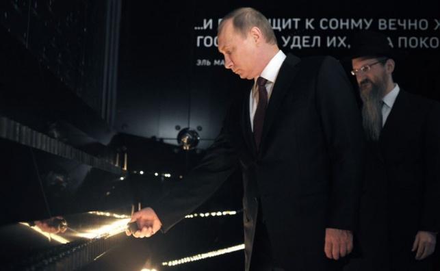 """פוטין מדליק נר נשמה לנרצחי השואה הי""""ד. ארכיון"""