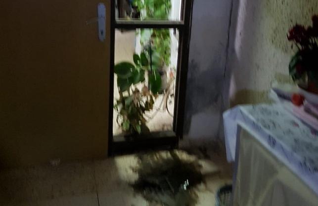 זירת הפיצוץ בכניסה לבית