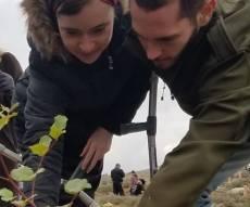 """עמיחי ושירה נטעו עץ לזכר בנם הפעוט הי""""ד"""