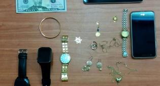 גנב כסף מזומן ותכשיט זהב מדירה ונתפס
