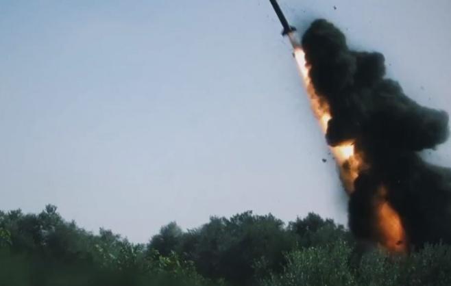 צפו: כך מחבלי ג'יהאד משגרים רקטות מעזה