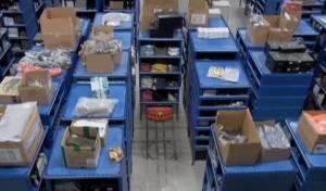 אמזון חשפה צי רובוטים במחסנים