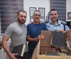 השוטרים עם ספרי הקודש