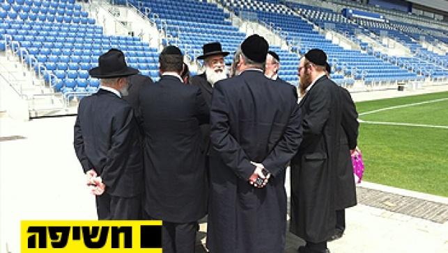 העסקנים מסיירים באצטדיון